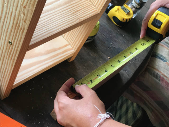 using a measuring tape to do carpentry